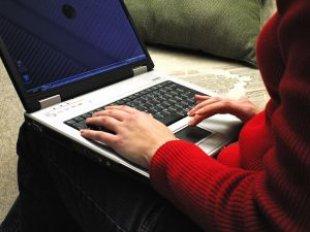 Laptop_communicate_fingers_channah